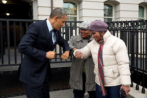 640px-Barack_Obama_bumps_elbows_with_wom