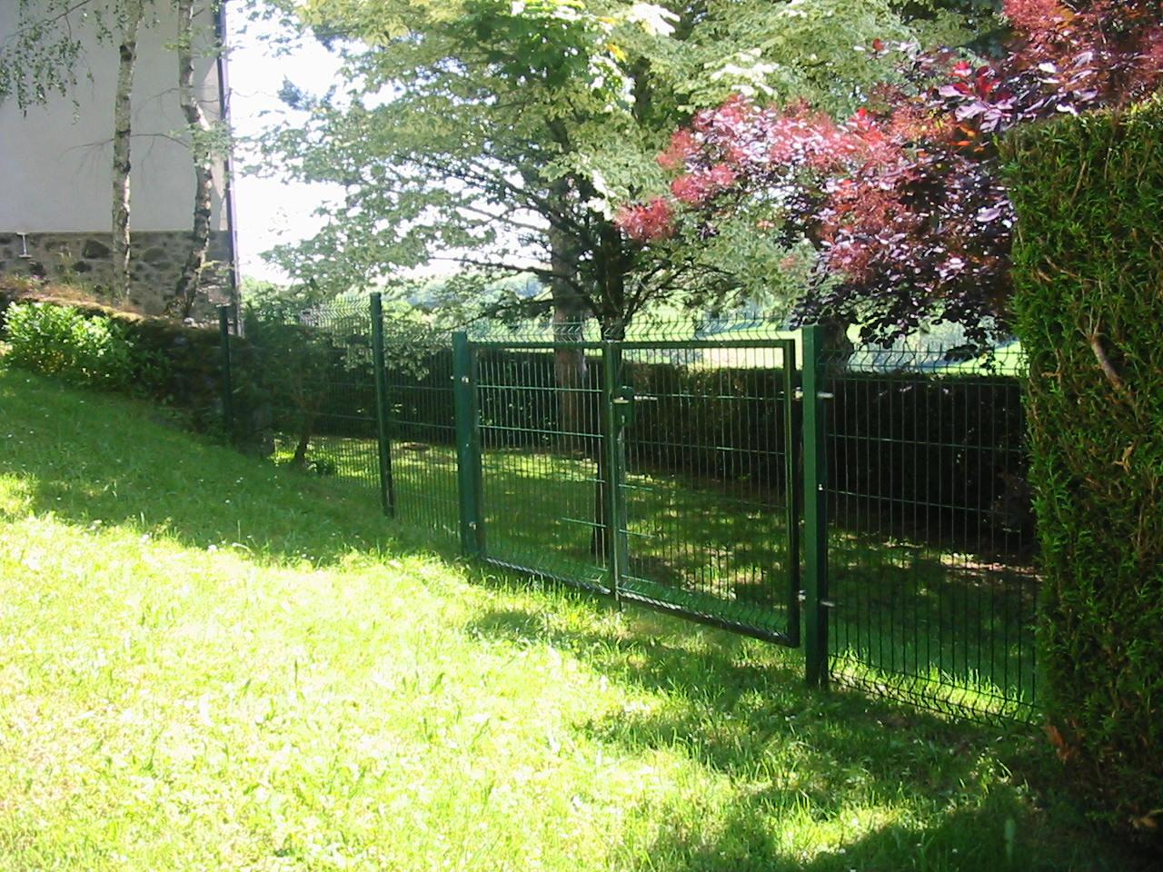 Clôture grillagée et portail