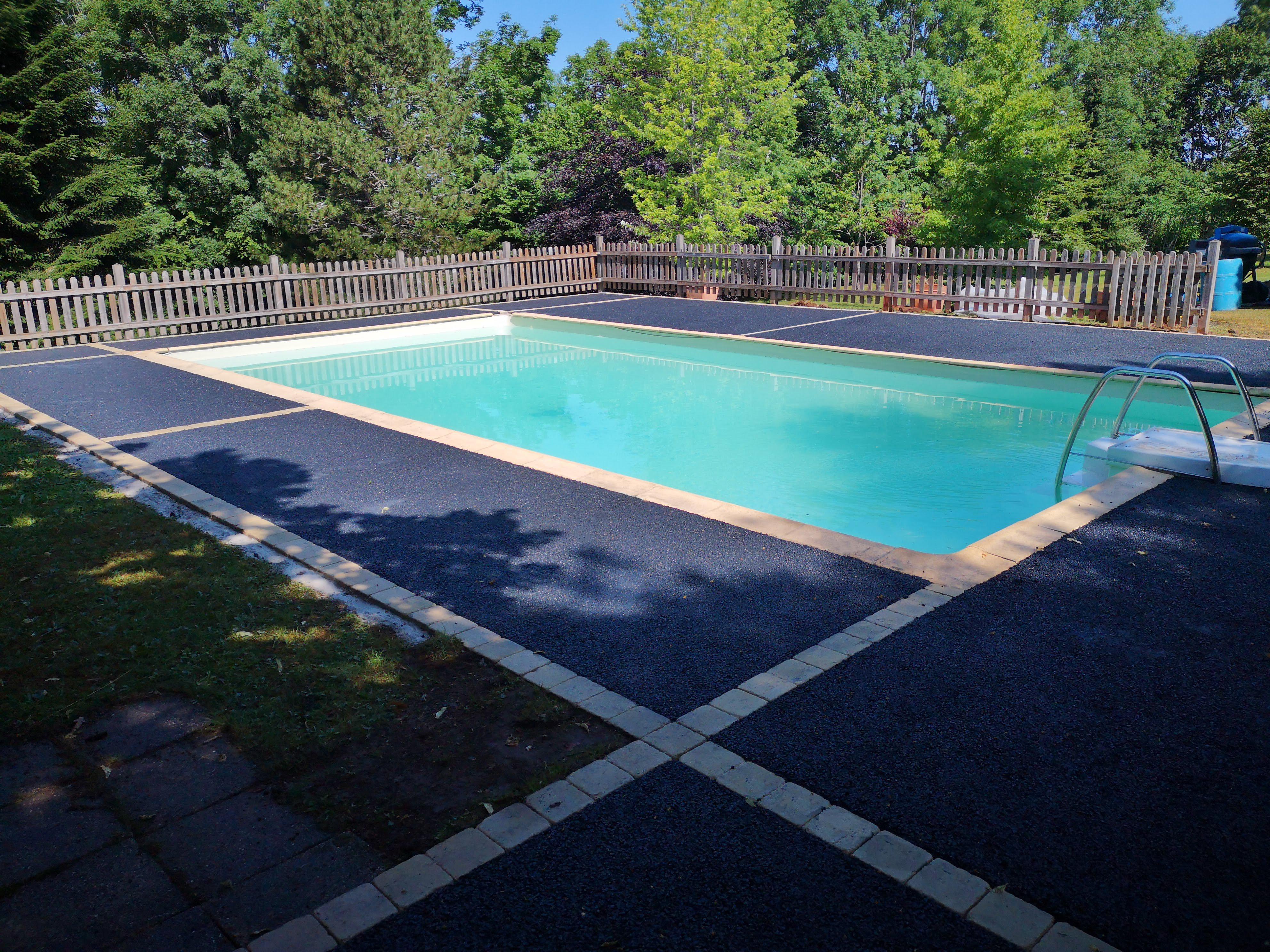 Plages piscine en béton drainant