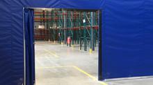 Porte coulissante avec barrure incorporée dans un rideau séparateur