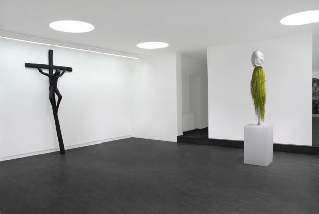 "ATELIER VAN LIESHOUT: ""Jezus"", 2005 polyester - 280 x 135 x 40 cm  EDWARD LIPSKI: ""Bobadillia Mask"", 2007 mixed media - 237 x 48 x 48 cm"