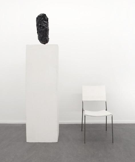 FRANZ WEST Chaise à sculpture sur socle (Chair Sculpture On Basel), 1996 sculpture, chair, plinth, acrylic, wood, papier-mâché and metal 53,4 x 20,3 x 26,1 cm, 83 x 45 x 60 cm, 152,5 x 50 x 41,7 cm