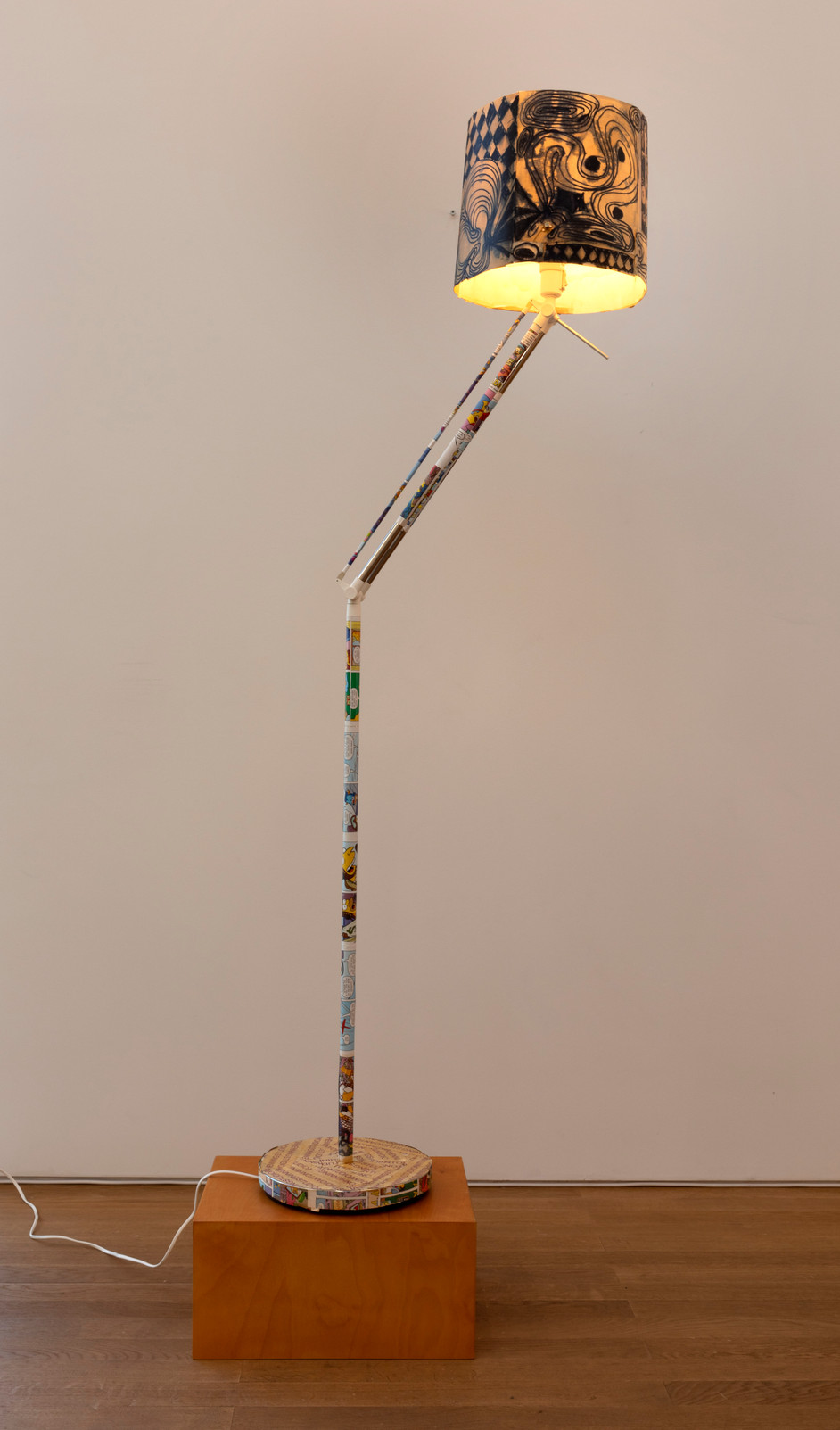 ANTON HENNING Stehlampe No. 8, 2019 metal, plastic, printed paper, marker on paper 152 x ø29 cm