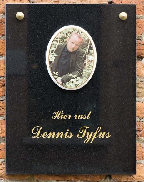 DENNIS TYFUS Hier Rust Dennis Tyfus, 2016 engraved marble plaque mounted under the artist's bedroom