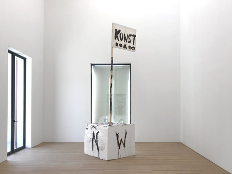 "JONATHAN MEESE, FULL KUNST DE KOMPASSY ""HEULBOJE"" (LOLLYPOPSN) ODER WILLST LITTLE WILLIEN?, 2019 styrofoam, acrylic, wood ledge, canvas 440 x 125 x 125 cm"