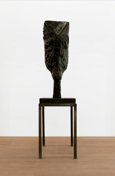 EDWARD LIPSKI Horsehead, 2020 rubber, wood, steel 128 x 40 x 33 cm (sculpture), 89 x 56 x 56 cm (plinth)