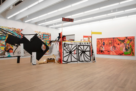 "JONATHAN MEESE ""KUNSTRAUSCH"" (DIE KUTSCHE VOLL ERZNUGGETS FLITZT NACH RICHARDWAGNERZBAYREUTH) ""HOPP-HOPP-NACH-HAUSE"" (FOGGY FOGGSON), 2020 mixed media, acrylic on canvas 388 x 840 x 230 cm, dimensions variable"
