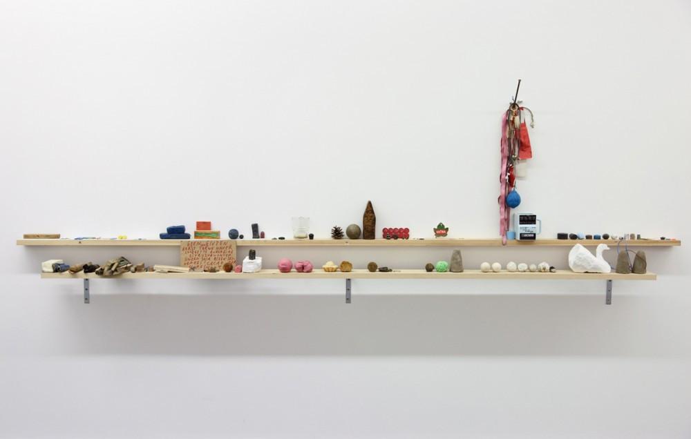 BENJAMIN VERDONCK, Dingen op de verwarming en vensterbank van mijn atelier, 2012
