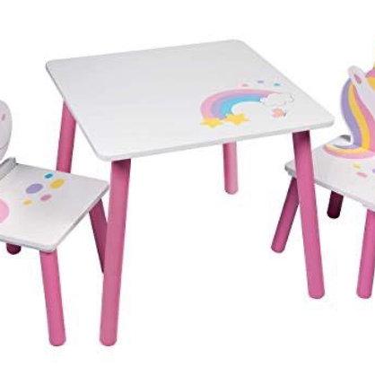 שולחן וזוג כיסאות מעץ חד קרן