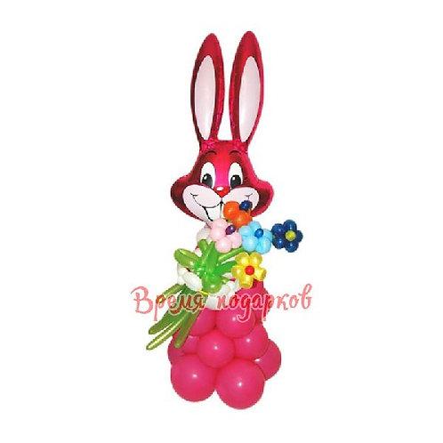 Веселая зайка с букетом (5 цветов)