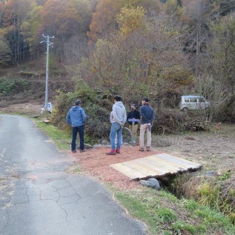 お父さん方が自分たちが作った橋の出来をチェック。もう少し広げようか作戦会議中