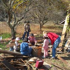 カベ前で子供達も作業