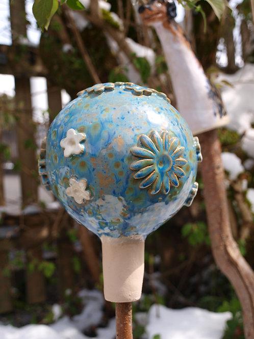 Handgetöpfertekeramik,  Rosenkugel in blau mit weiss