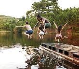 Saut dans le enfants Lac