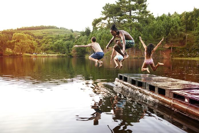 Barn hopper i sjøen