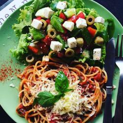 Pasta pomodoro w cheese & Greek sala