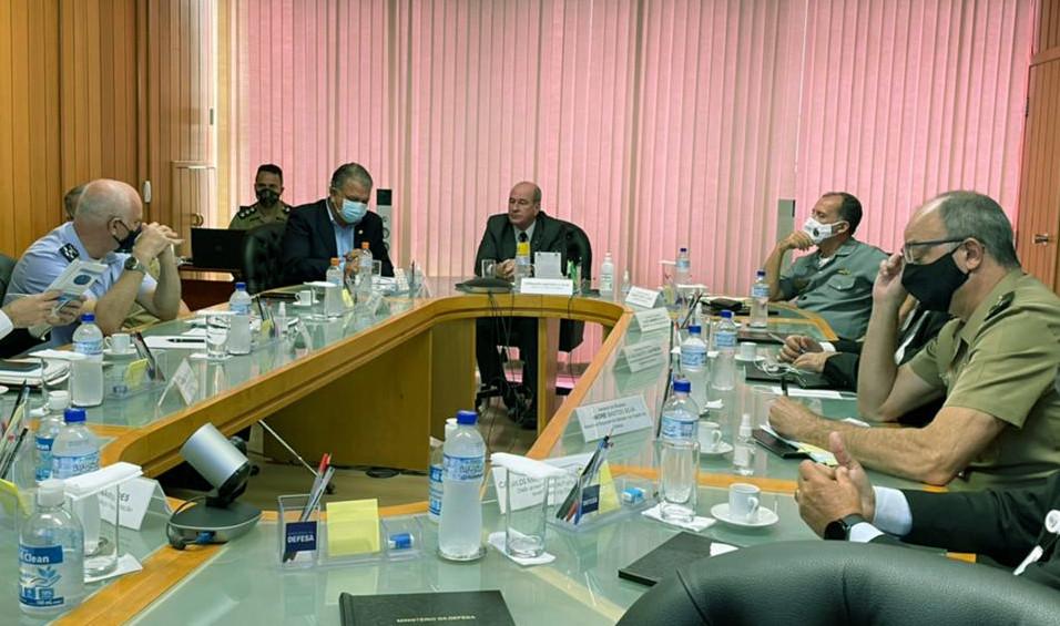 A reunião contou ainda com a presença de Marcelo Kanitz Damasceno, comandante da Aeronáutica; Ilques Barbosa Junior, comandante da Marinha, e Edson Leal Pujol, comandante do Exército.