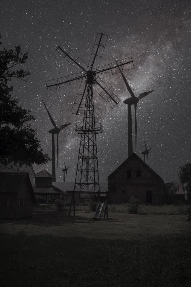 Windrad-alt und neu-Nachtaufnahme