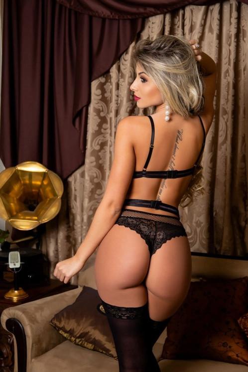 63d2ba548 Conjunto de lingerie sensual sem bojo confeccionado em renda floral preta e  renda arrastão