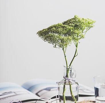 Vase et fleurs avec perles de ceramique apothicaire