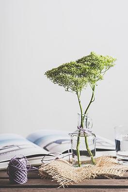 Flores em jarra de vidro