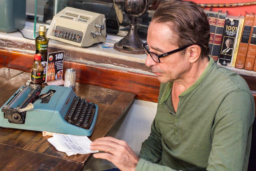 Marcus Dias e maquina de escrever - HOR.