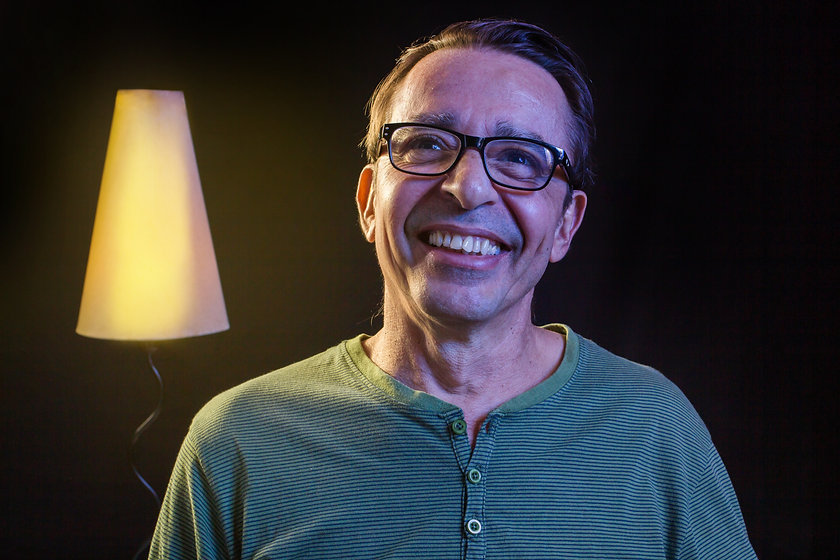Marcus Dias - sorriso - abajur - fundo p