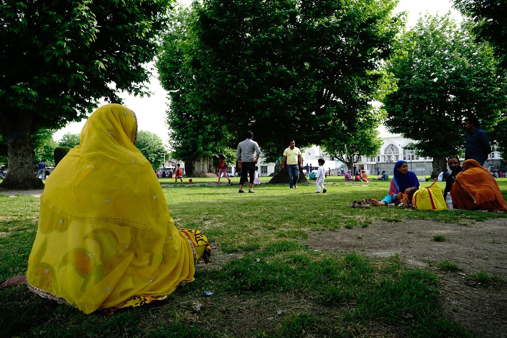 Piknik przed meczetem. Srinagar.