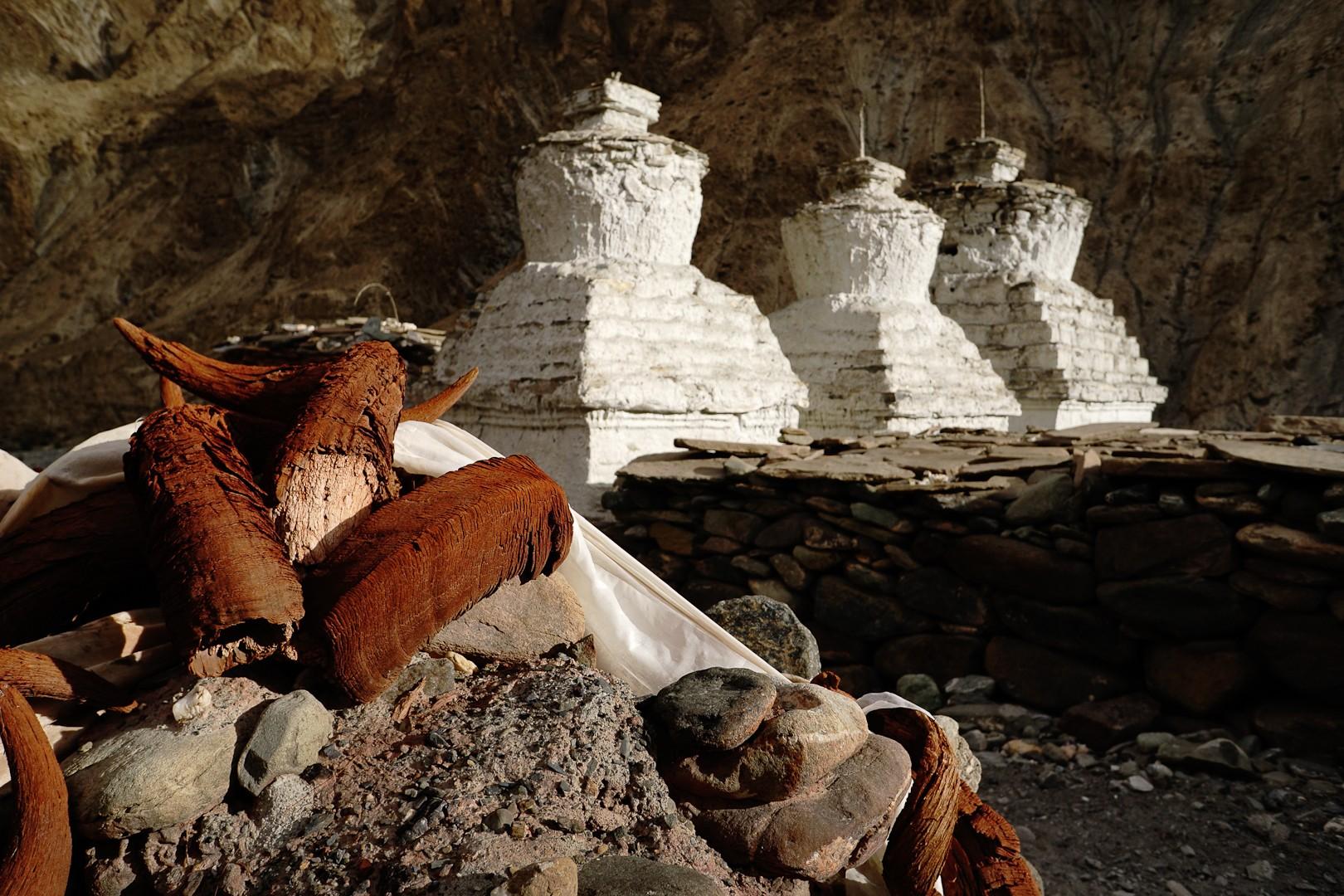 Białe stupy. Dolina Markhi.