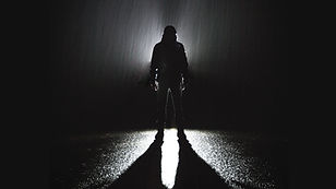 Debout sous la pluie