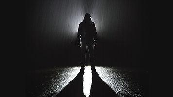 Стоя под дождем