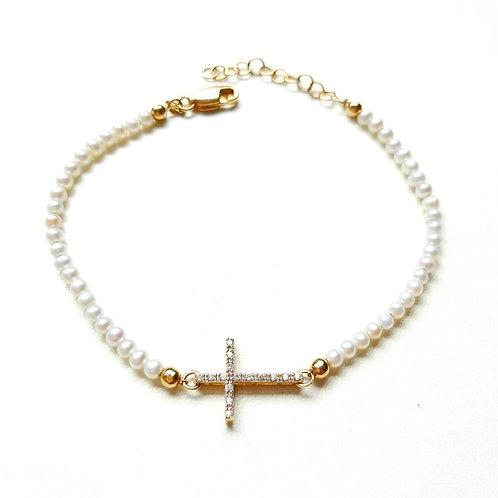 Pulseira cruz com pérolas de água doce e brilhantes