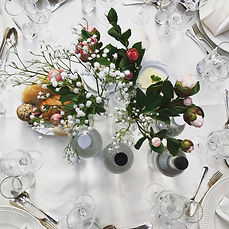 Mini boeketten rozen gipskruid tafelaankleding trouwfeest