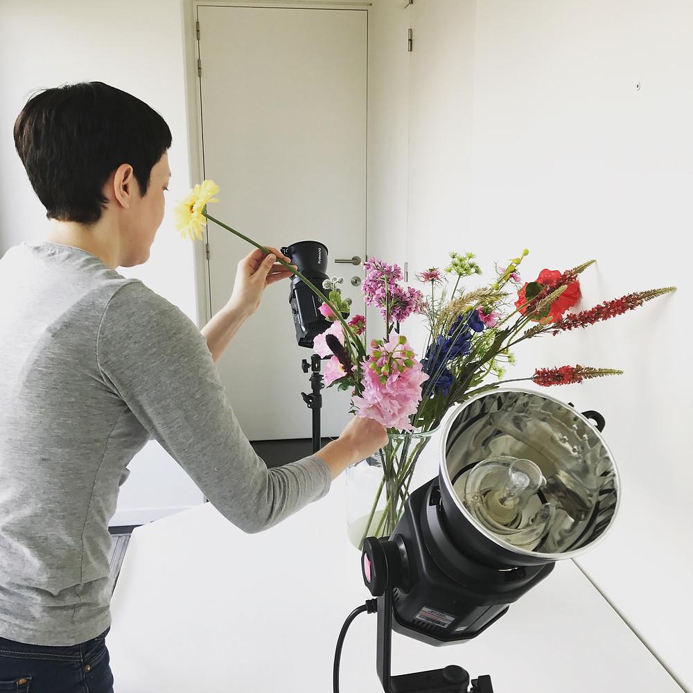 Blomista achter de schermen van een photoshoot.