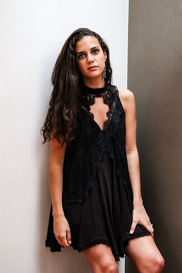 Vestido negro de encajes sin mangas