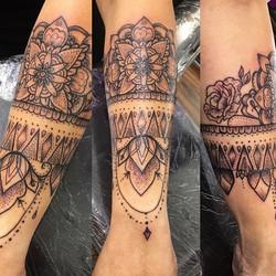 #mandala #floral #nodaysoff #wristband #ladytattooer #ladyluckat608