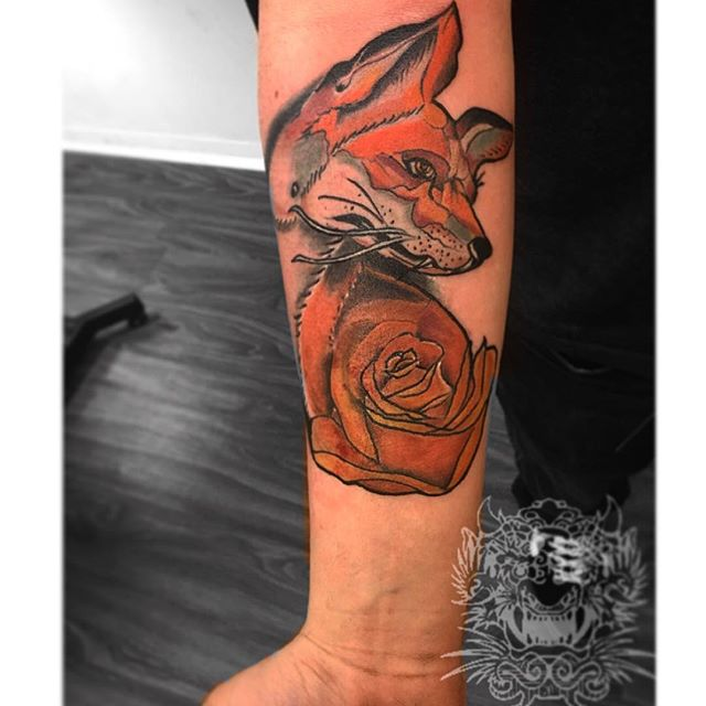 #foxrosetattoo #rosetattoo #neotraditionaltattoo #animal #orangefox #bdts #beardeddragontattoostudio