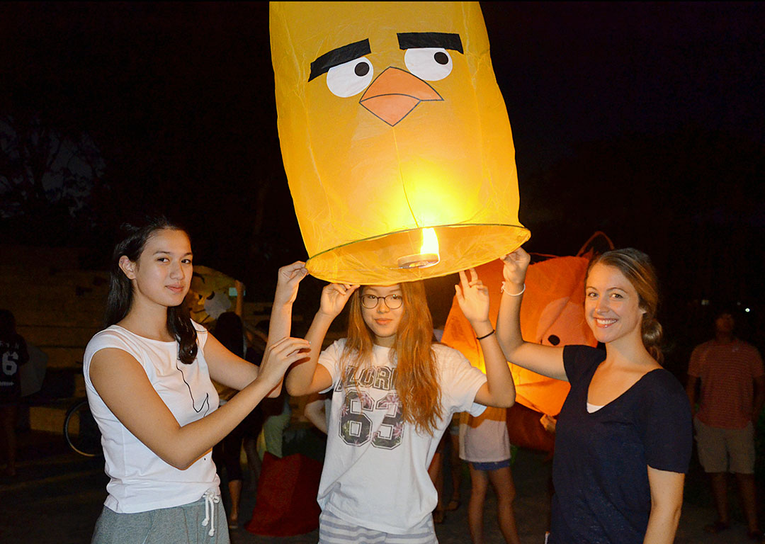 Prem-Boarders-Floating-Lanterns-into-the-Sky-to-Celebrate-Loy-Krathong-f4ae4ee3fb83aa78c5f00491625f1