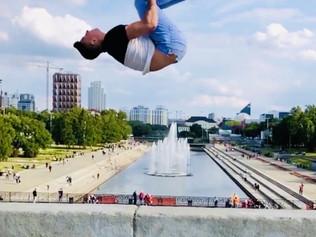 «Он сумасшедший!»: российский акробат Эдуард Филин «щекочет нервы» людей на улице своими безумно опа
