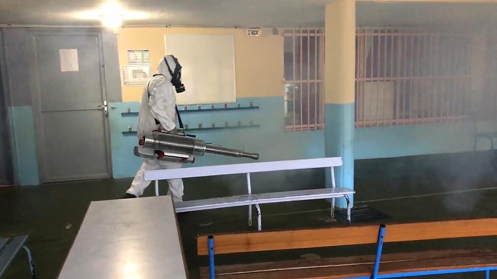Technicien en action contre le coronavirus à l'aide d'un nébulisateur