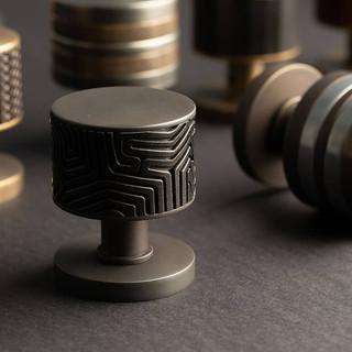 Labyrinth vintage patina with black bronze knob