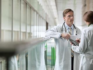 Defensa médico legal: ¿sabes qué hacer en caso de una adversidad con tus pacientes?