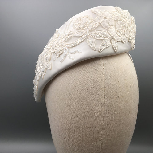 Abby - Halo headband with a twist in white silk, beaded lace and beads