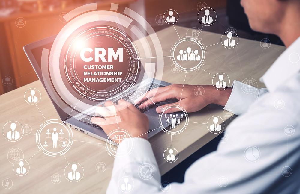 Gestão de Clínica profissional observando um sistema de CRM