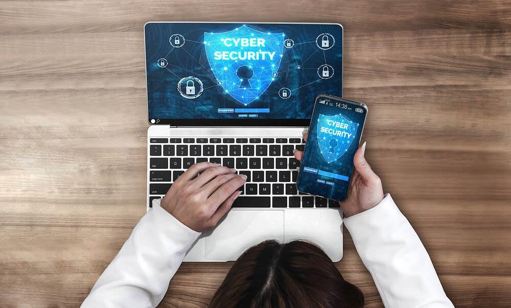 sistema para clínica de estética, imagem de um computador e um celular com logos de cibersegurança