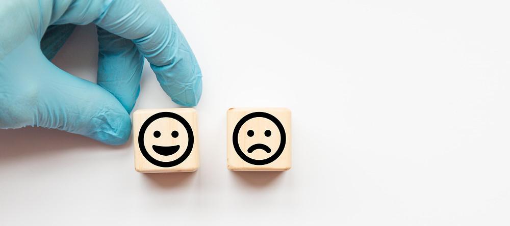 experiência do paciente, representação de carinhas satisfeitas e insatisfeitas