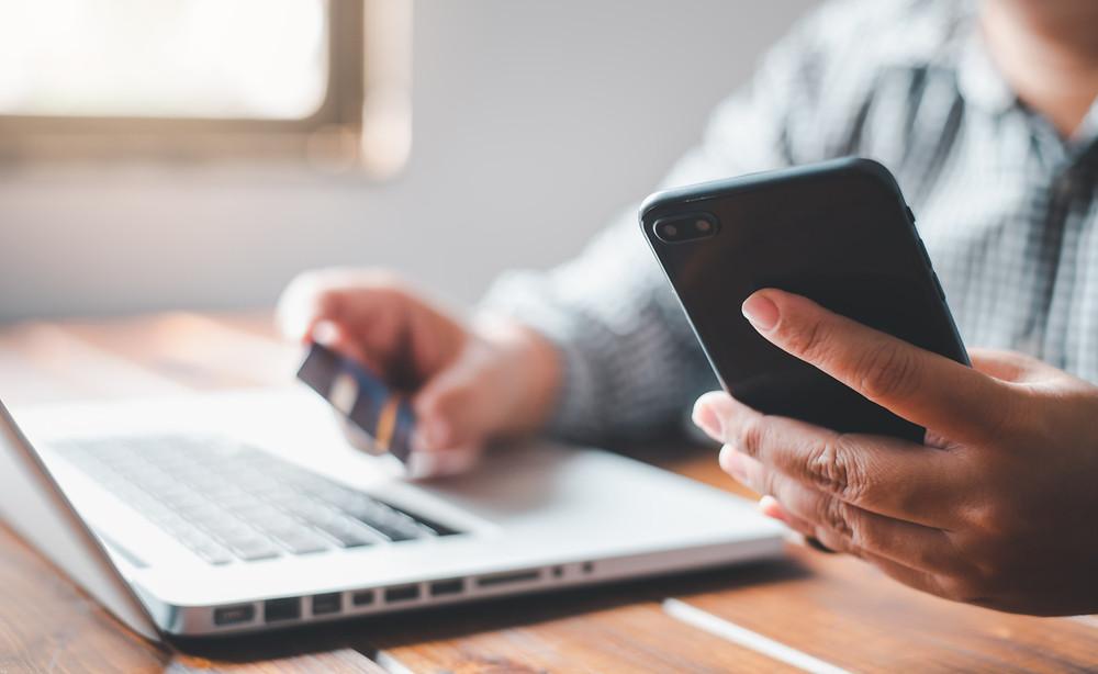 meios de pagamentos para dentistas, homem realizando pagamento com cartão de crédito pelo celular