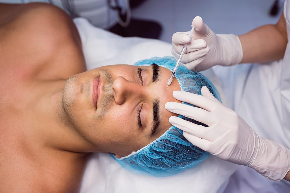 homem realizando procedimento estético
