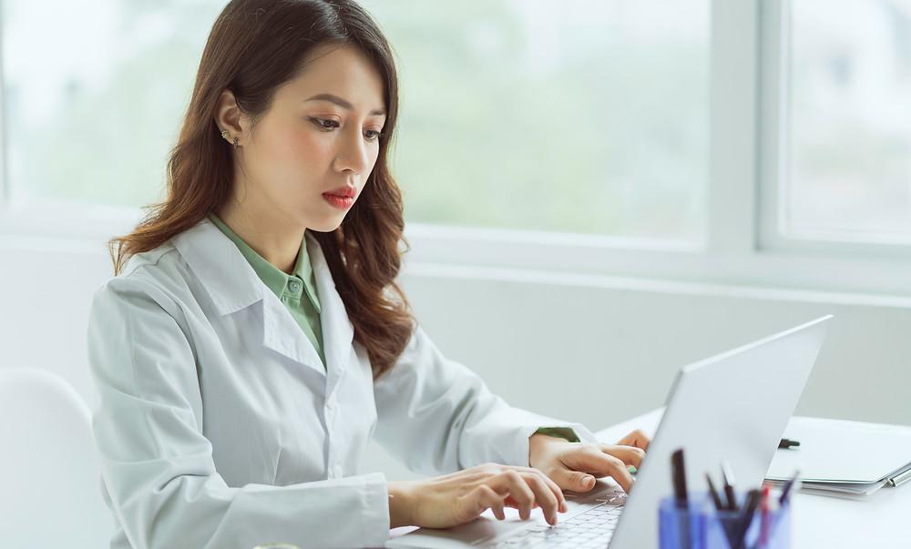 sistema para clínicas de estética, profissional esteta utilizando o computador