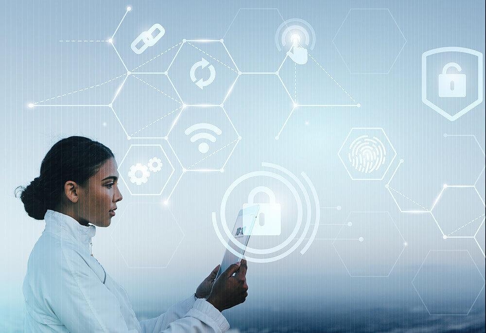 Gestão de clínica mulher olhando o tablet e representação da segurança de dados